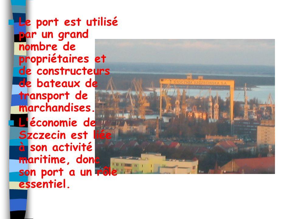 Le port est aussi connecté avec Berlin en Allemagne par un système de canaux. Le port de Szczecin est équipé avec 130 pont-portiques ou grandes grues