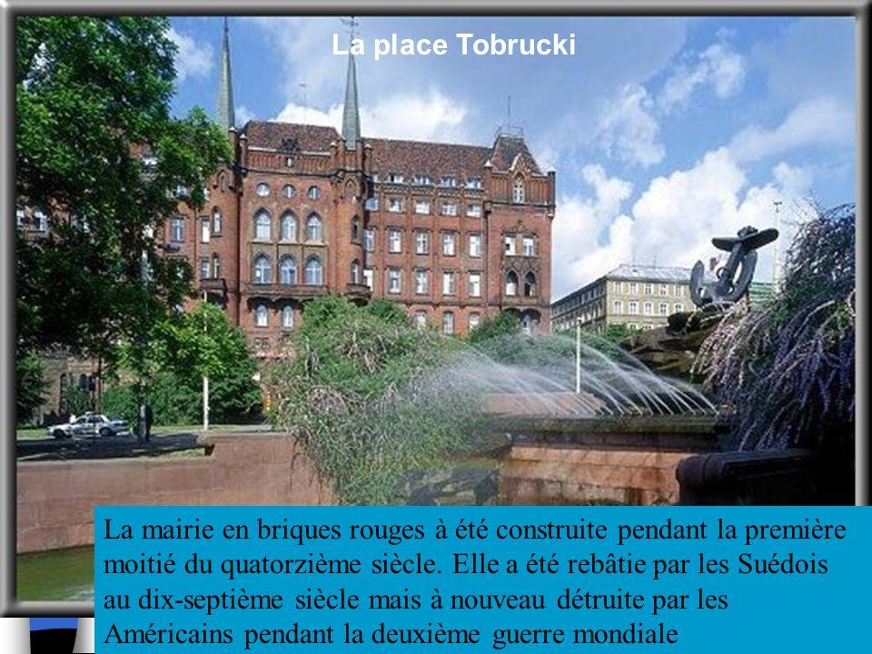 Voici la place Grunwaldzki. Larchitecte, M. Hausmann,qui a conçu la Place de lEtoile à Paris, a aussi conçu cette place. Elles sont sur le même modèle