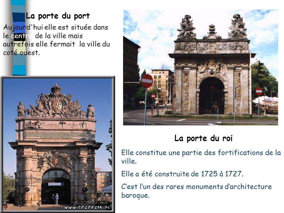 La place Tobrucki La mairie en briques rouges à été construite pendant la première moitié du quatorzième siècle. Elle a été rebâtie par les Suédois au
