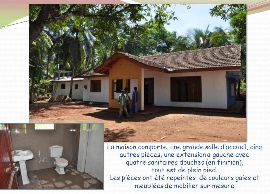 La maison comporte, une grande salle daccueil, cinq autres pièces, une extension a gauche avec quatre sanitaires douches (en finition), tout est de pl