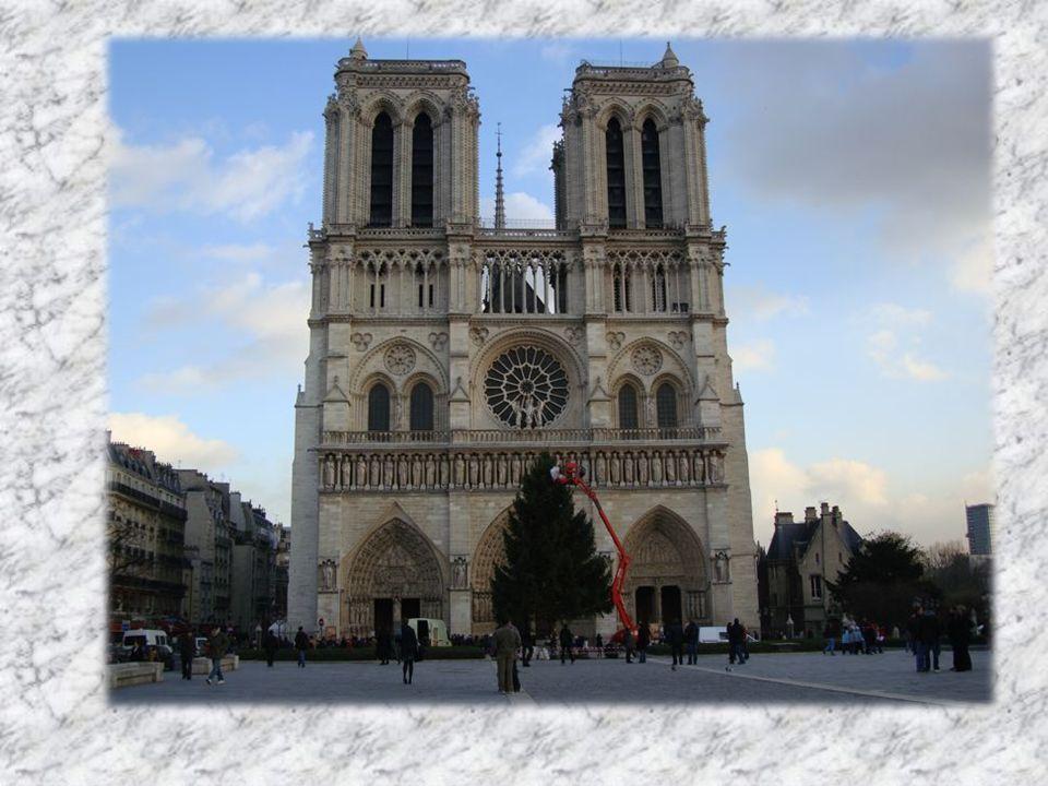En un lieu sacré où priaient déjà les Romains, le Moyen Age a élevé une cathédrale digne du prestige de la capitale.
