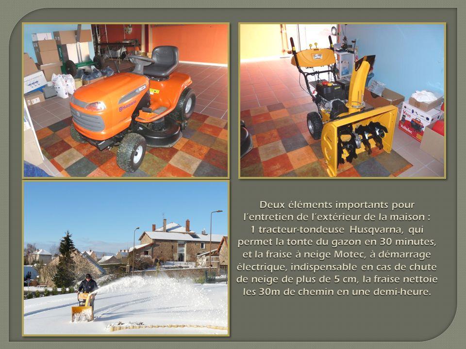 Deux éléments importants pour lentretien de lextérieur de la maison : 1 tracteur-tondeuse Husqvarna, qui permet la tonte du gazon en 30 minutes, et la fraise à neige Motec, à démarrage électrique, indispensable en cas de chute de neige de plus de 5 cm, la fraise nettoie les 30m de chemin en une demi-heure.