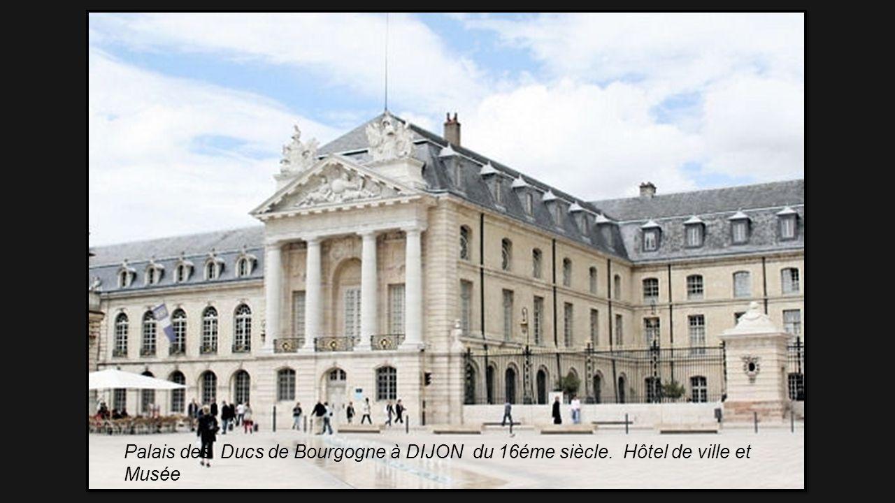 Palais des Archevêques NARBONNE composé du Palais vieux de style roman et, du Palais neuf de style gothique. Hotel de Ville et Musée Art et Archéologi