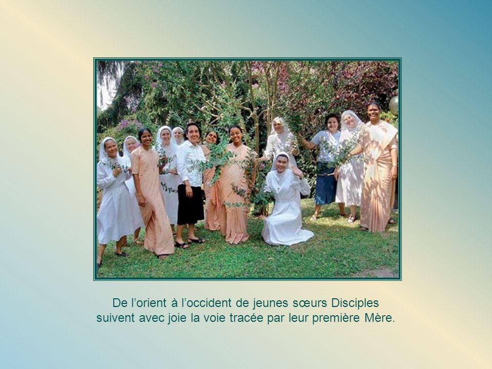 De lorient à loccident de jeunes sœurs Disciples suivent avec joie la voie tracée par leur première Mère.