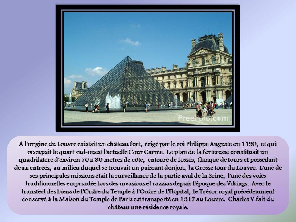 À l'origine du Louvre existait un château fort, érigé par le roi Philippe Auguste en 1190, et qui occupait le quart sud-ouest l'actuelle Cour Carrée.