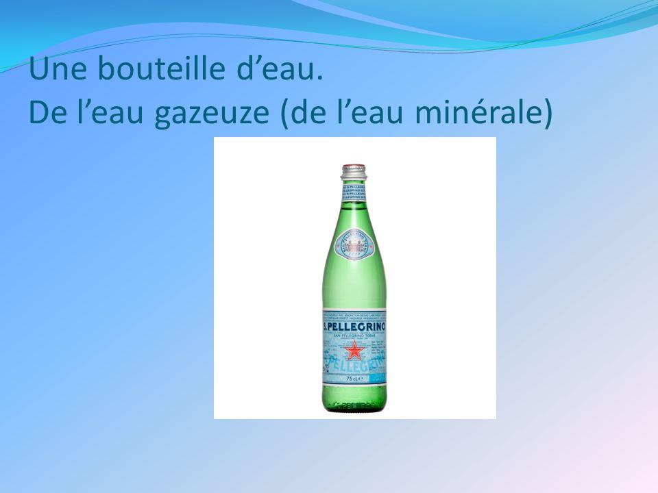 Une bouteille deau. De leau gazeuze (de leau minérale)