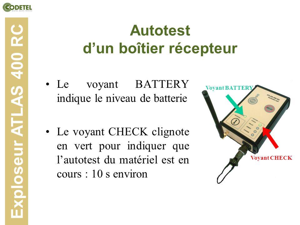 Autotest dun boîtier récepteur Exploseur ATLAS 400 RC Le voyant BATTERY indique le niveau de batterie Le voyant CHECK clignote en vert pour indiquer q