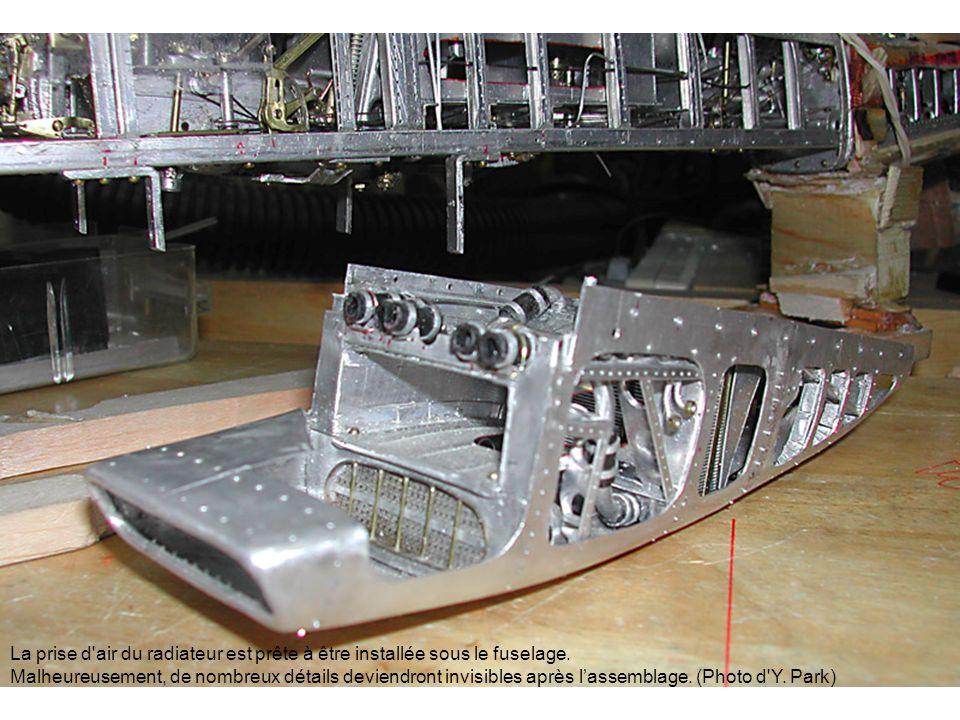 La prise d'air du radiateur est prête à être installée sous le fuselage. Malheureusement, de nombreux détails deviendront invisibles après lassemblage
