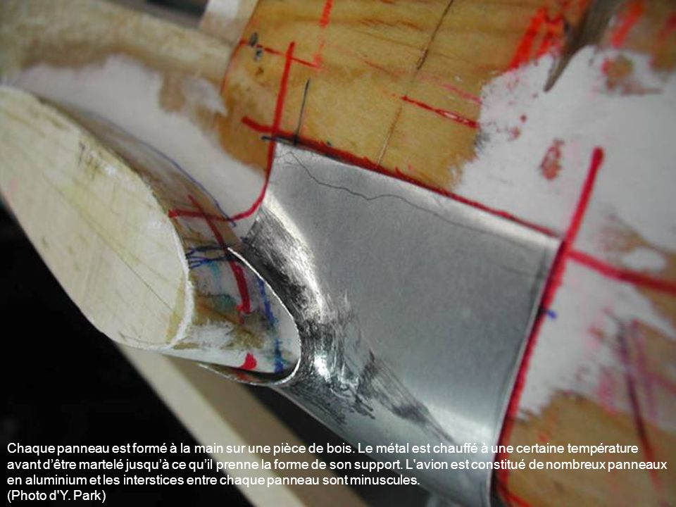 Chaque panneau est formé à la main sur une pièce de bois. Le métal est chauffé à une certaine température avant dêtre martelé jusquà ce quil prenne la