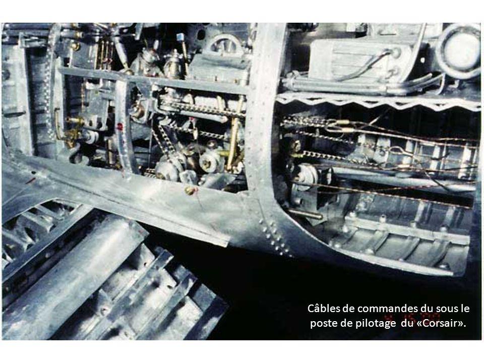 Câbles de commandes du sous le poste de pilotage du «Corsair».