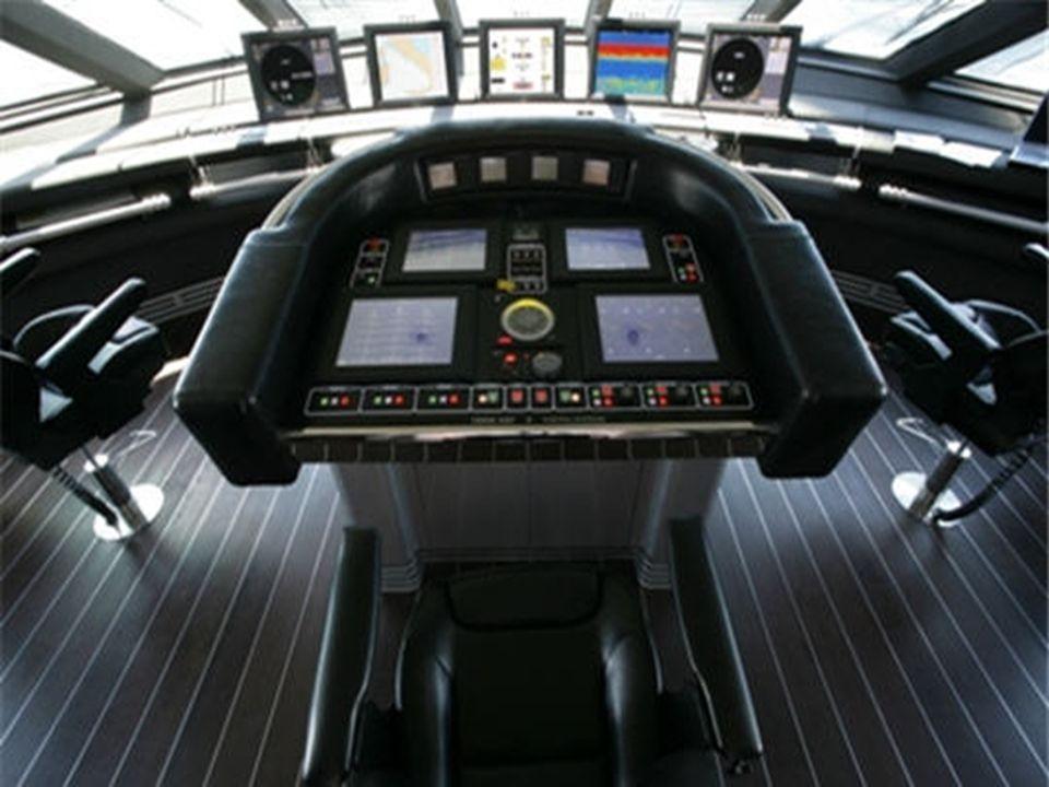 Les écrans de contrôle Les écrans de contrôle montrent létablissement des voiles, le fonctionnement des moteurs électriques, langle du vent et la char