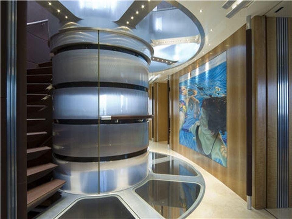 L'atrium Lemplanture du mât, véritable objet dart, est latrium. L'escalier situé à gauche relie les trois ponts du voilier