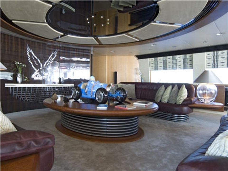 Une bugatti dans le salon Cette réplique d'une Bugatti type 35, peut rentrer dans la table en un mouvement et ainsi dégager de l'espace