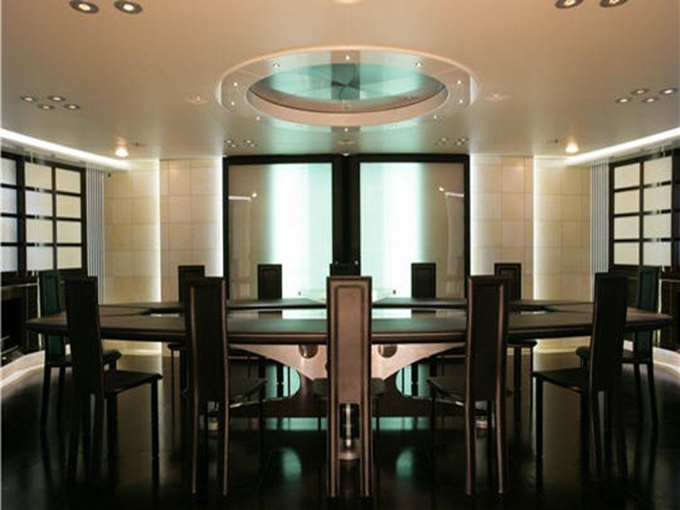 La salle à manger La salle à manger, dans un style épuré avec un sol en cuir noir