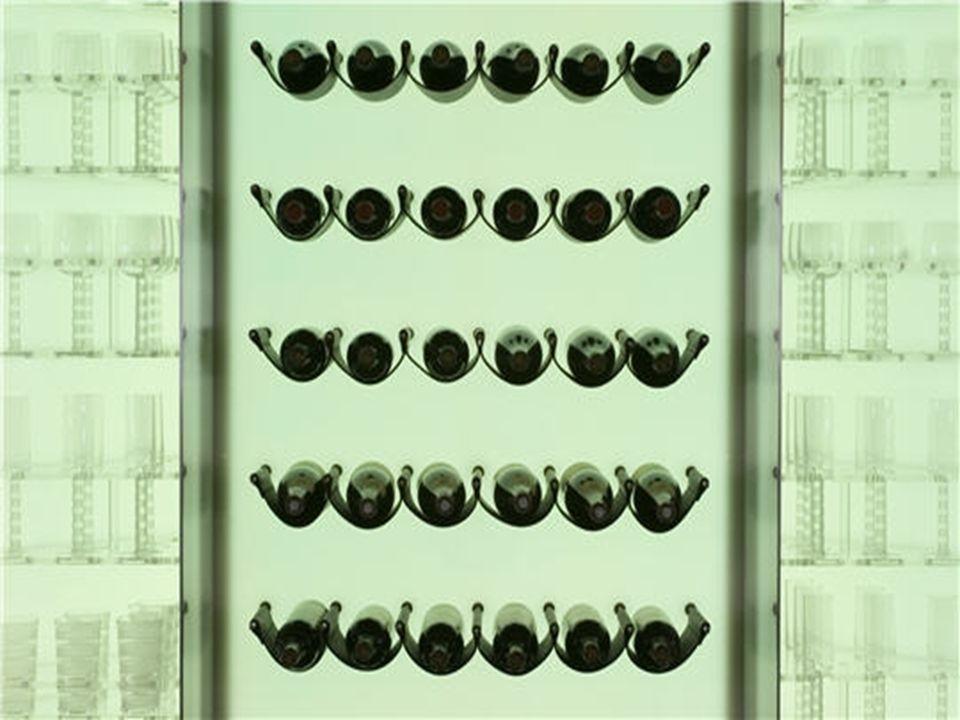 La cave à vin La cave à vin contient des grands crus posés sur un support en cuir que lon peut admirer derrière des panneaux translucides