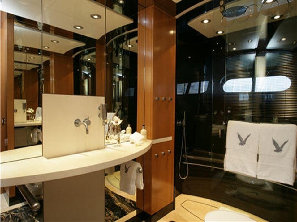 Le faucon maltais est partout Dans tout le bateau on retrouve des représentations du faucon maltais même sur les serviettes de toilette