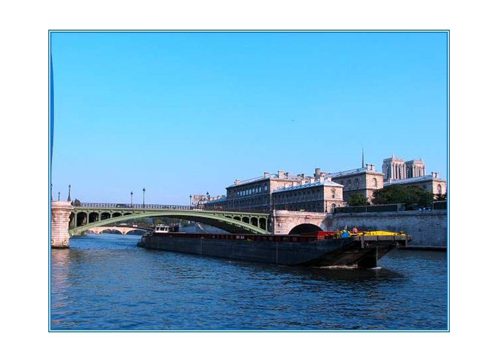 Le pont Notre-Dame se trouve à lemplacement du premier pont construit à Paris, dès lAntiquité. En 1413, Charles VI fait construire le pont dit