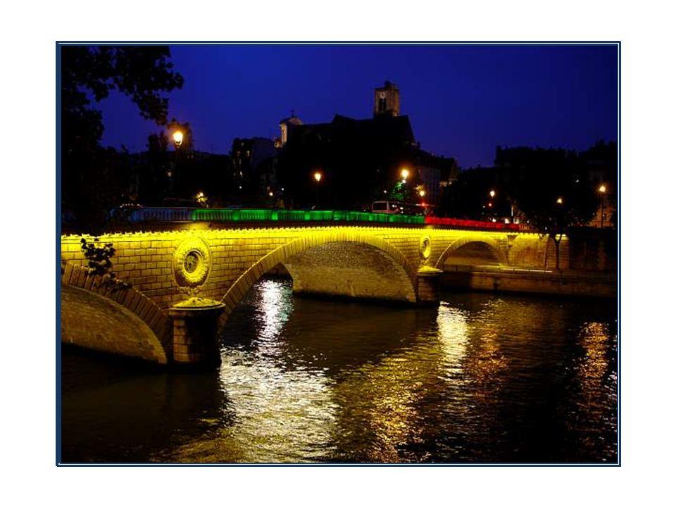 Anonyme dans un premier temps, ce pont suspendu reliant la rive droite à lîle Saint-Louis est baptisé
