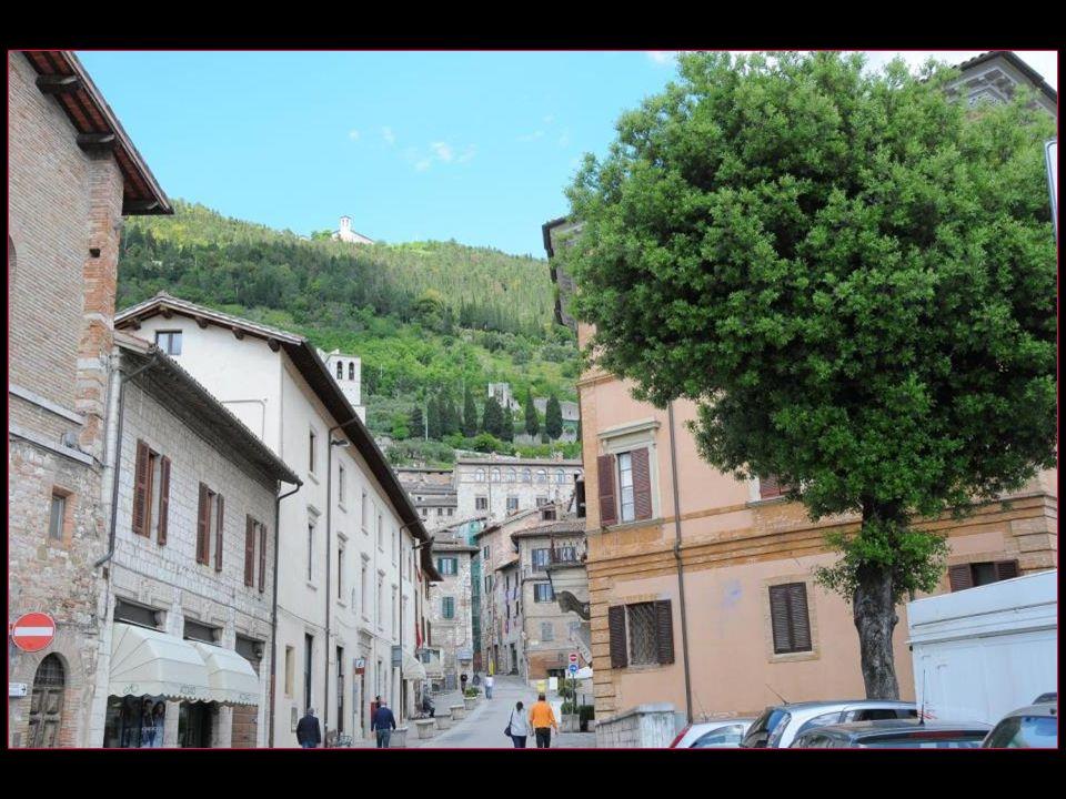 Gubbio saccroche à la première pente du Mont Ingino une petite montagne des Apennins