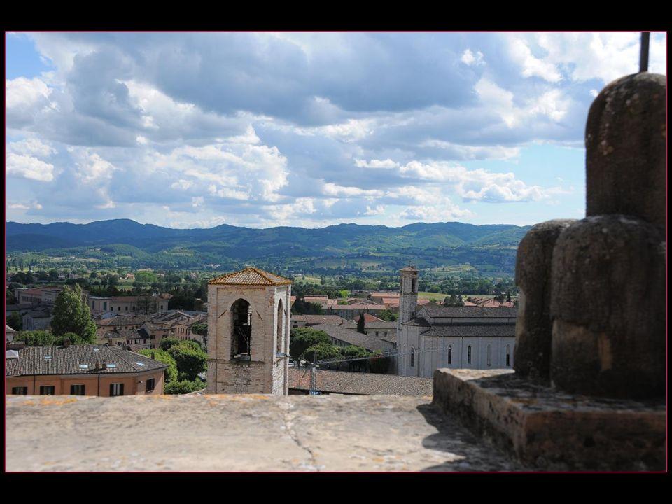 son esplanade recouvre ses étages inférieurs dans larchitecture typique de la ville médiévale