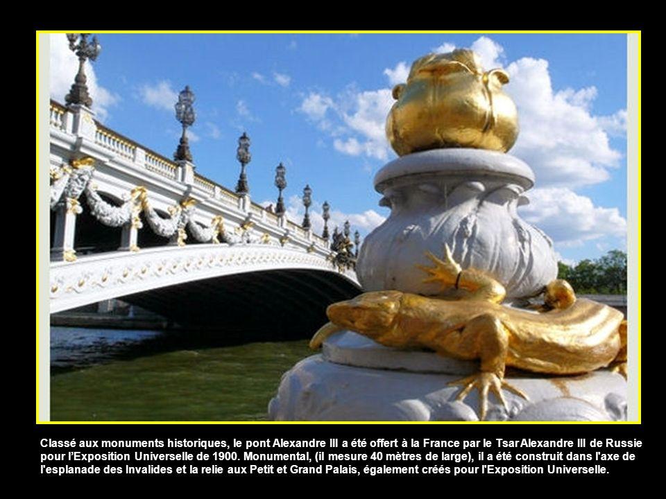 Classé aux monuments historiques, le pont Alexandre III a été offert à la France par le Tsar Alexandre III de Russie pour lExposition Universelle de 1900.