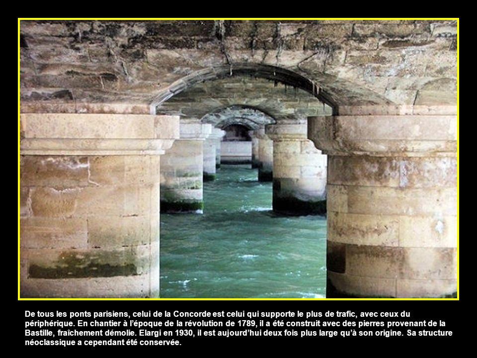 Classé aux monuments historiques, le pont Alexandre III a été offert à la France par le Tsar Alexandre III de Russie pour lExposition Universelle de 1