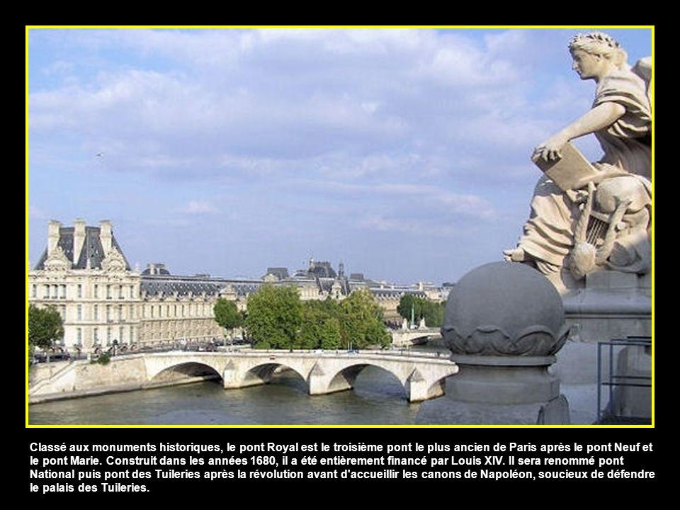 Reliant le musée d'Orsay au jardin des Tuileries, la passerelle Léopold-Sédar-Senghor, qui portait le nom de passerelle de Solférino jusqu'en 2006, a