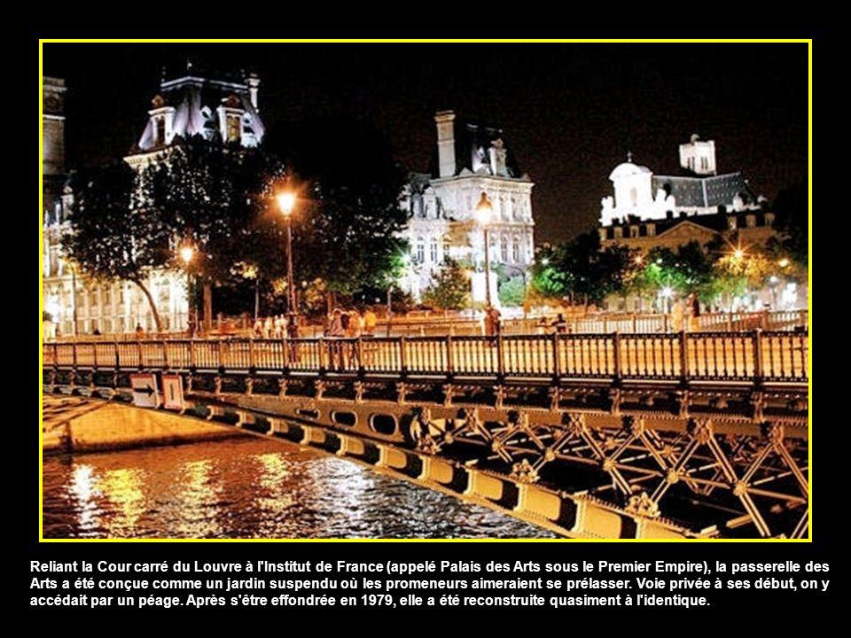 Reliant la Cour carré du Louvre à l Institut de France (appelé Palais des Arts sous le Premier Empire), la passerelle des Arts a été conçue comme un jardin suspendu où les promeneurs aimeraient se prélasser.
