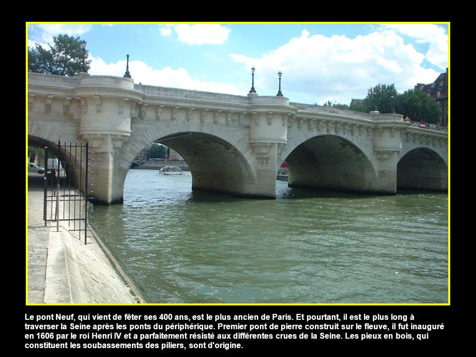 Reliant la Cour carré du Louvre à l'Institut de France (appelé Palais des Arts sous le Premier Empire), la passerelle des Arts a été conçue comme un j