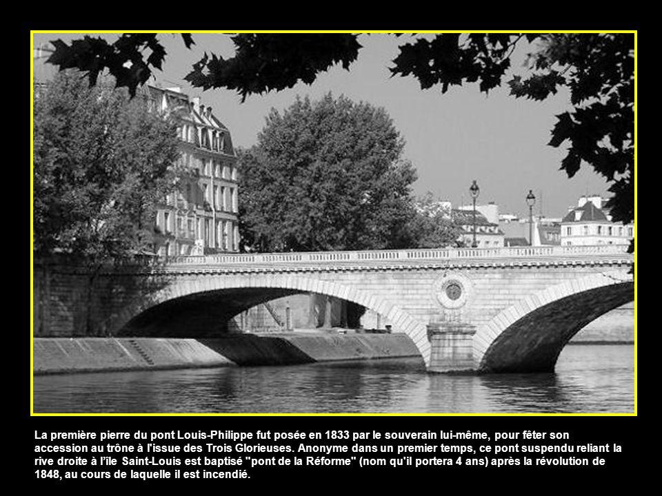La première pierre du pont Louis-Philippe fut posée en 1833 par le souverain lui-même, pour fêter son accession au trône à l issue des Trois Glorieuses.