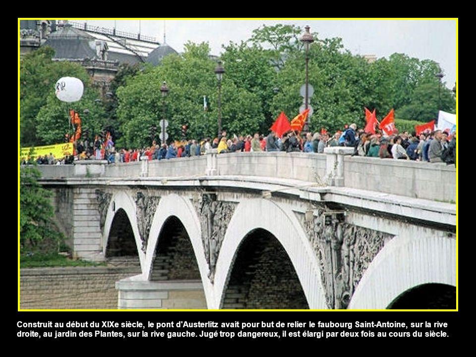 Construit à l'occasion des grands travaux du baron Haussmann, le pont de Sully date de 1876. Composé de deux ponts distincts, prenant chacun appui sur