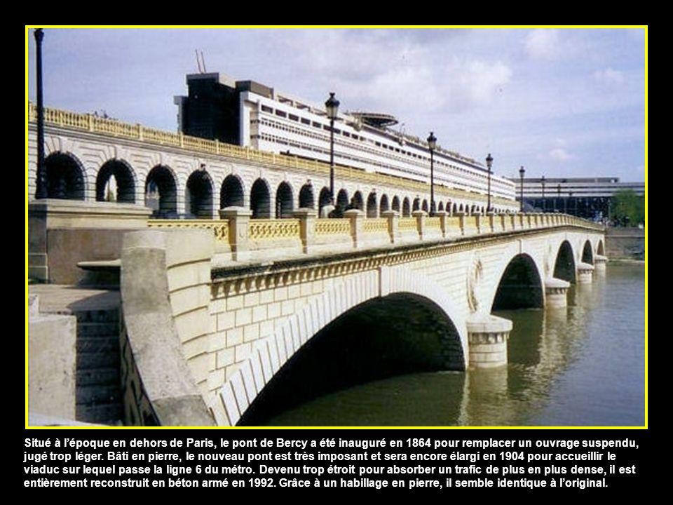 Construit au début du XIXe siècle, le pont d'Austerlitz avait pour but de relier le faubourg Saint-Antoine, sur la rive droite, au jardin des Plantes,