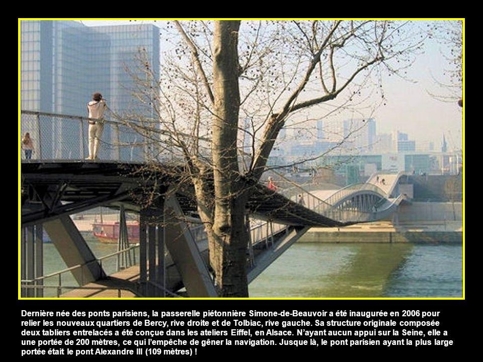 Dernière née des ponts parisiens, la passerelle piétonnière Simone-de-Beauvoir a été inaugurée en 2006 pour relier les nouveaux quartiers de Bercy, rive droite et de Tolbiac, rive gauche.