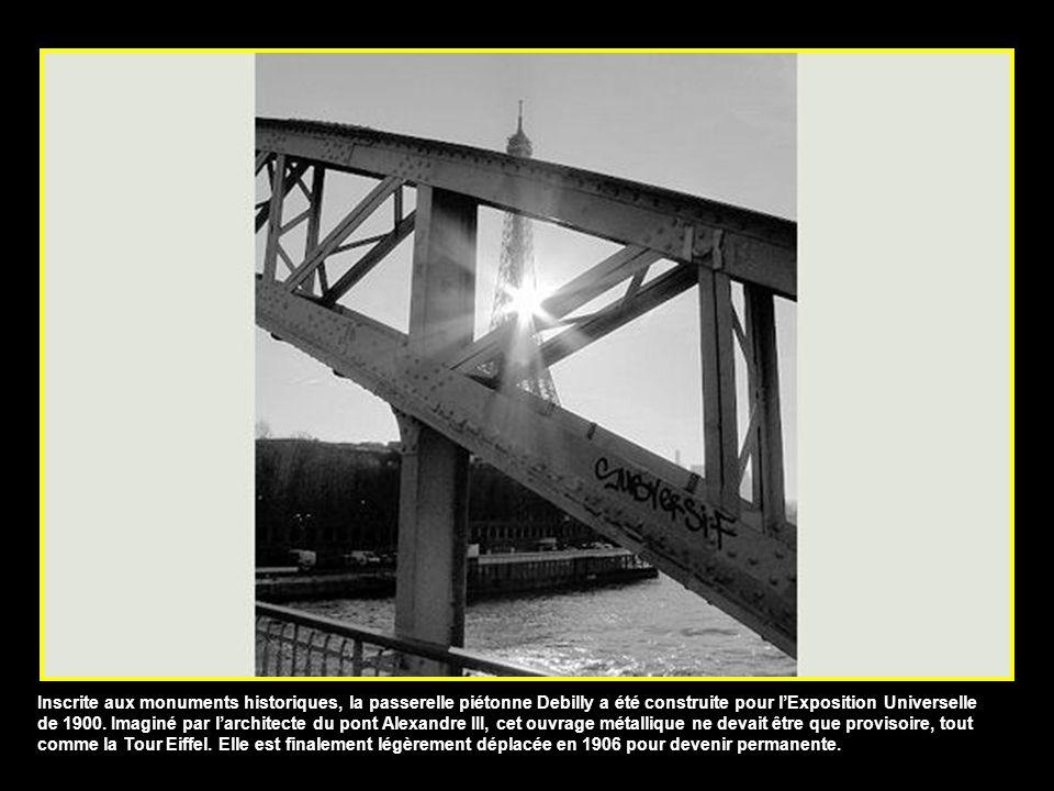 Inscrite aux monuments historiques, la passerelle piétonne Debilly a été construite pour lExposition Universelle de 1900.