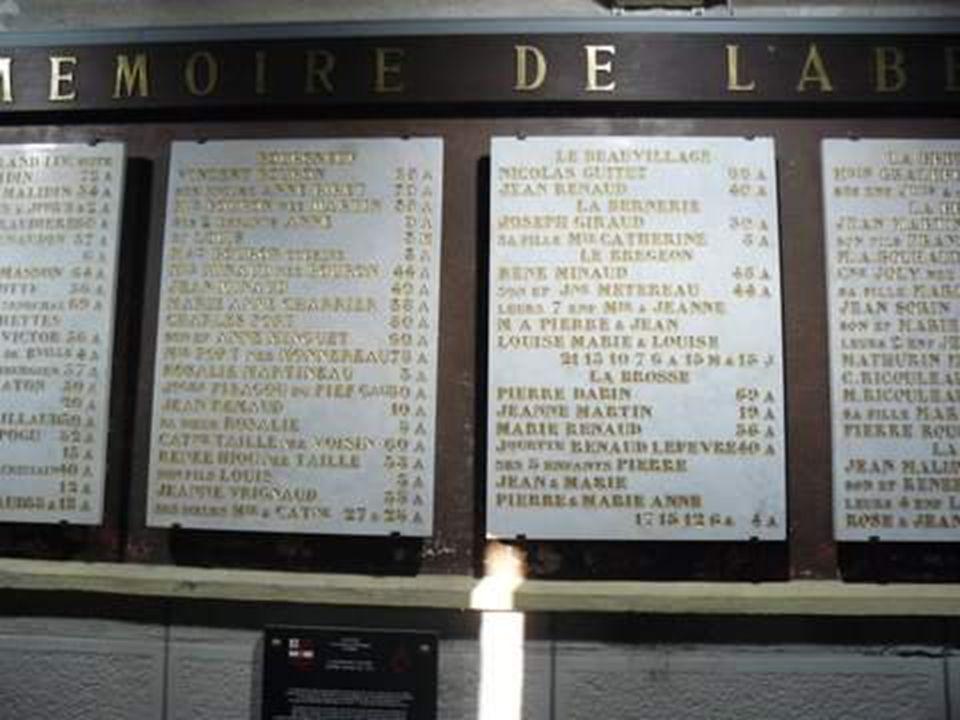 Les tables de marbre où sont gravés les noms et lâge des martyrs de la paroisse.