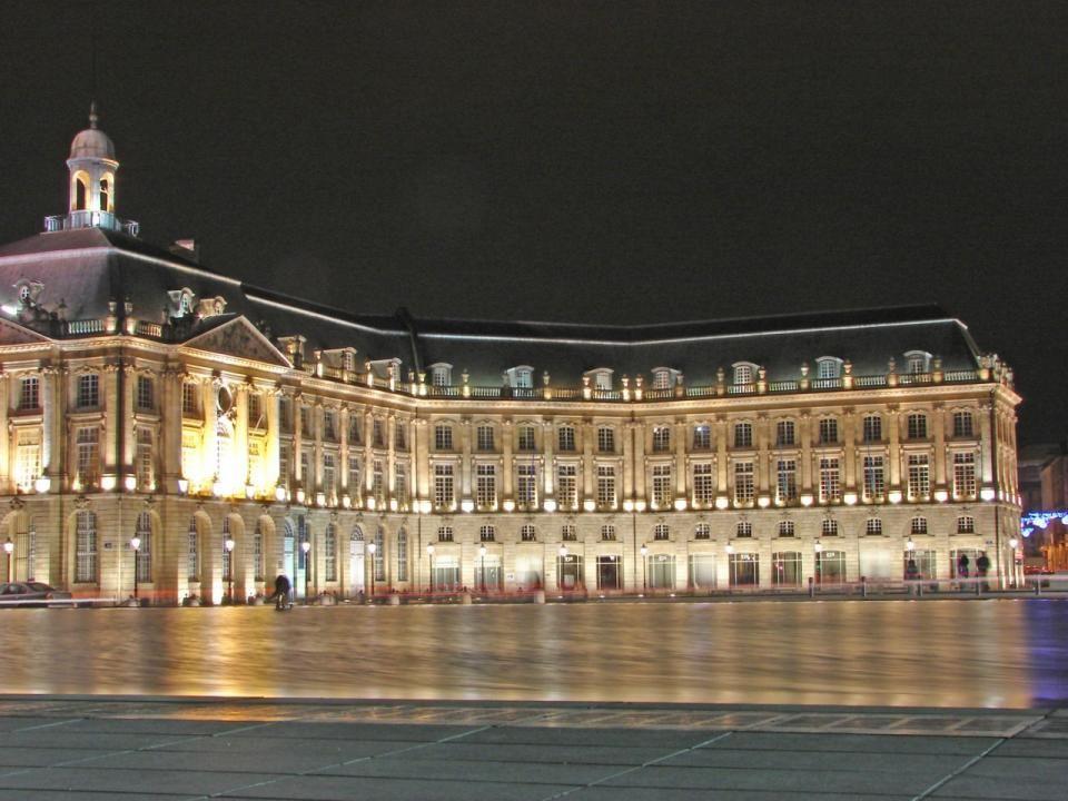 Images de la Place de la Bourse vue depuis le miroir deau