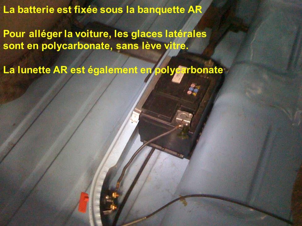 La batterie est fixée sous la banquette AR Pour alléger la voiture, les glaces latérales sont en polycarbonate, sans lève vitre. La lunette AR est éga