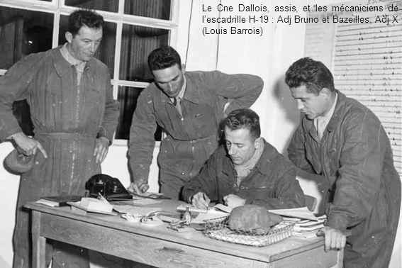Le Cne Dallois, assis, et les mécaniciens de lescadrille H-19 : Adj Bruno et Bazeilles, Adj X (Louis Barrois)