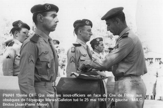 PMAH 19ème DI - Qui sont les sous-officiers en face du Cne de Pitray aux obsèques de léquipage Marais/Galleton tué le 25 mai 1961 ? A gauche : MdLC Br