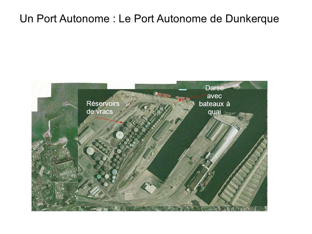 Un Port Autonome : Le Port Autonome de Dunkerque Darse avec bateaux à quai Réservoirs de vracs