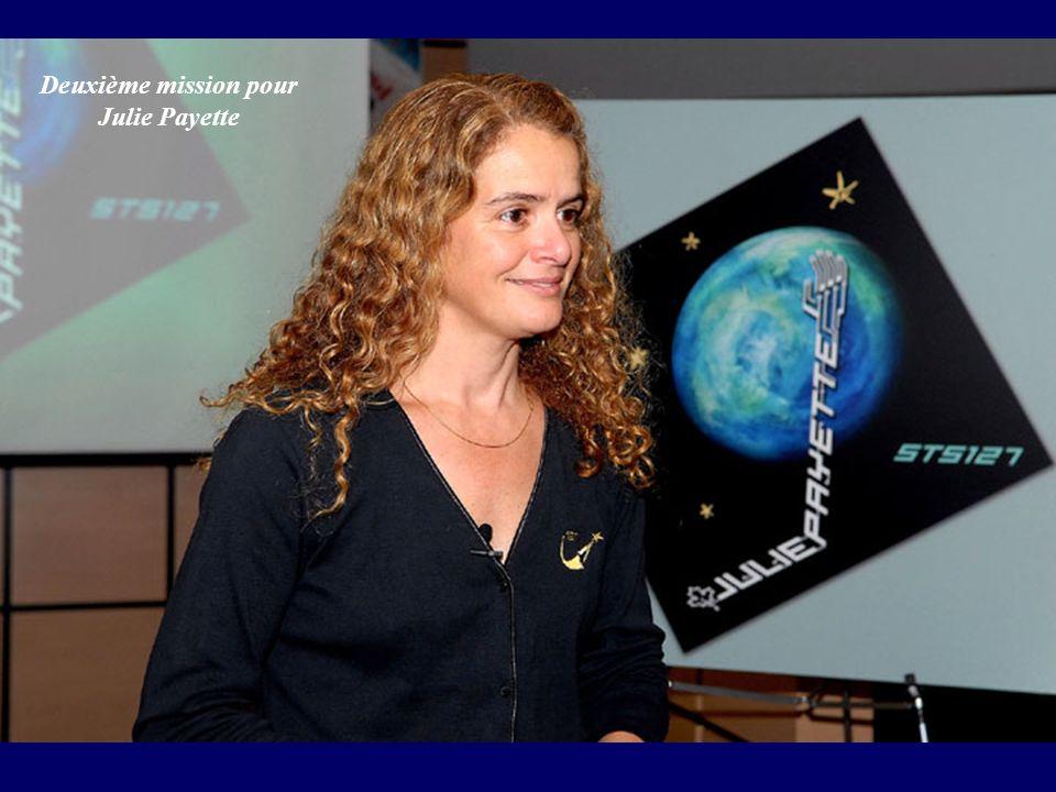 Mark Polansky, commandant de STS-127, Doug Hurley, pilote de la navette, Julie Payette et le japonais Koichi Wakata, spécialistes de mission dans le module Kibo