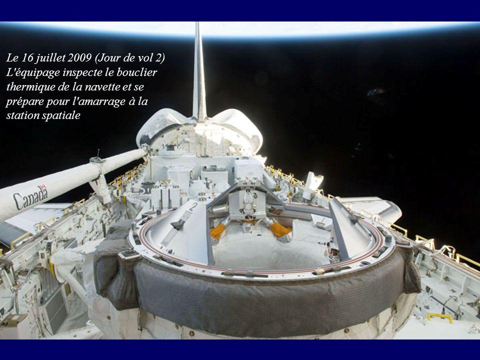 Le 16 juillet 2009 (Jour de vol 2) L'équipage inspecte le bouclier thermique de la navette et se prépare pour l'amarrage à la station spatiale