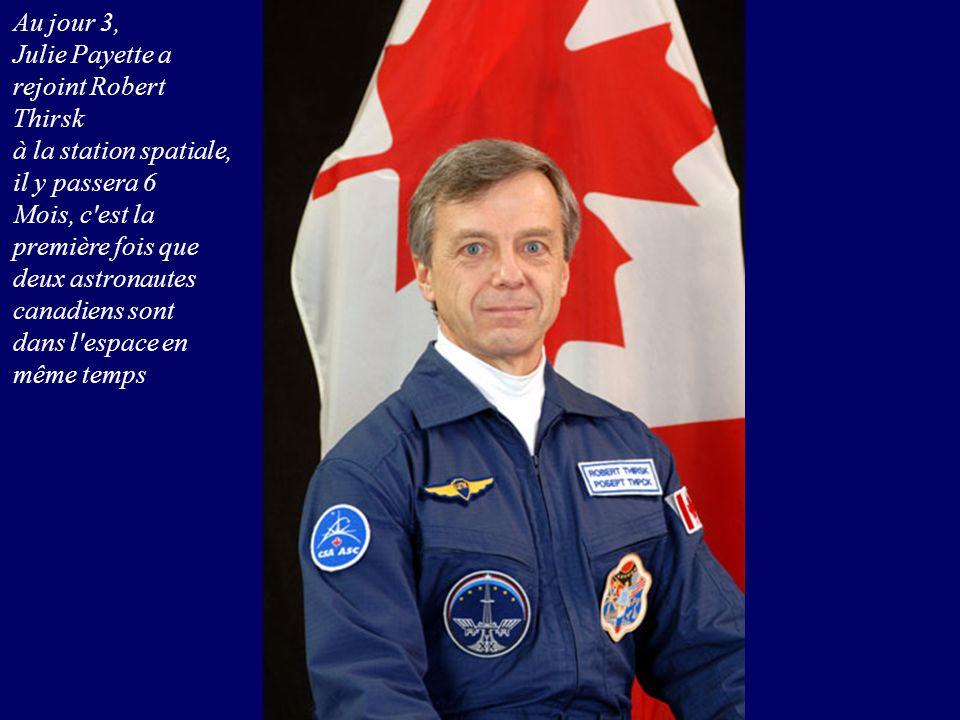 Au jour 3, Julie Payette a rejoint Robert Thirsk à la station spatiale, il y passera 6 Mois, c'est la première fois que deux astronautes canadiens son