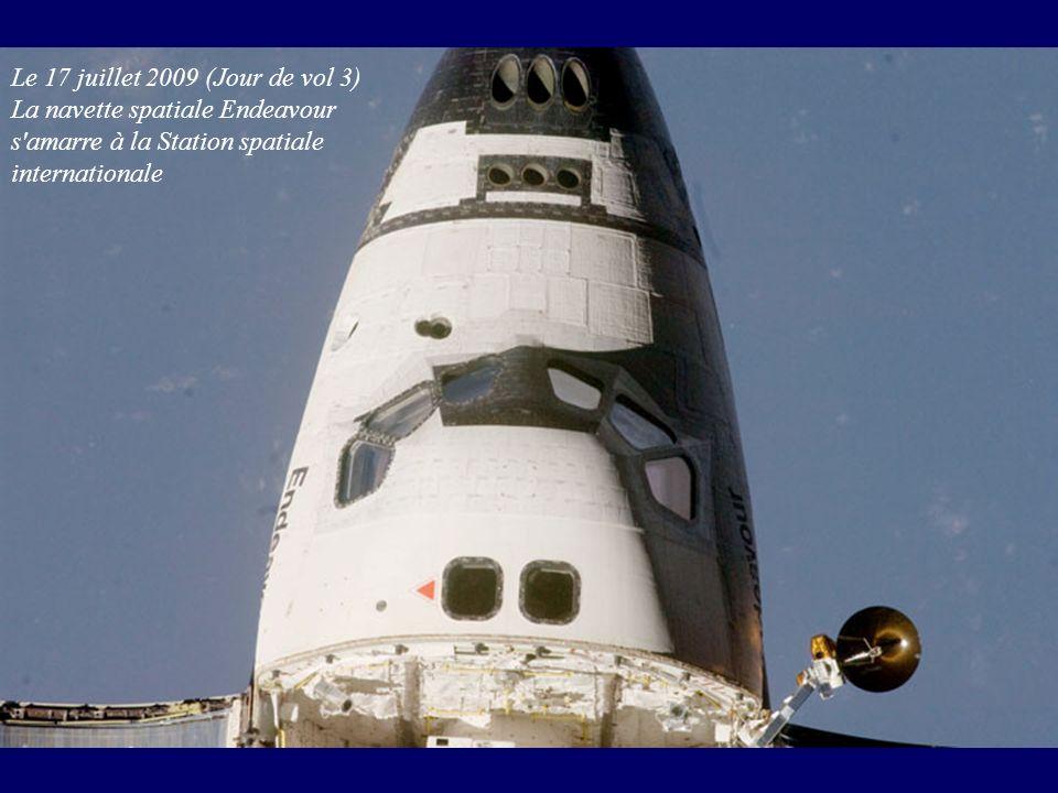 Le 17 juillet 2009 (Jour de vol 3) La navette spatiale Endeavour s'amarre à la Station spatiale internationale