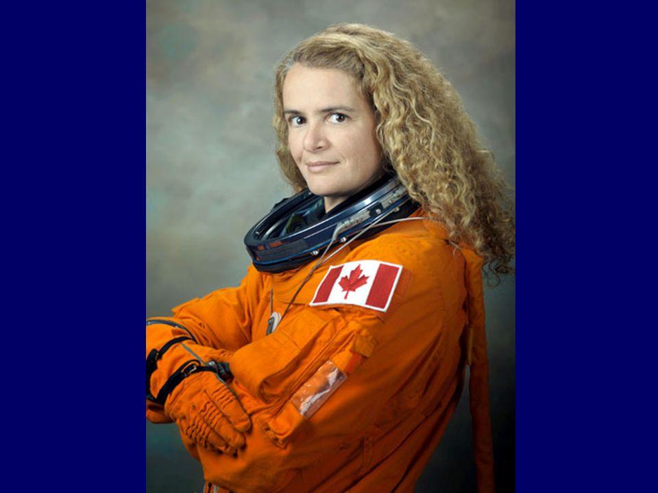 20 juillet 2009 (Jour de vol 6) L équipe devait retirer trois pièces de rechange de la palette-cargo intégrée et les placer dans un espace de rangement à long terme situé sur une des parois externes du segment de poutre P3, les deux astronautes ont été secondés par Julie Payette et Doug Hurley, aujourd hui, c est également un jour historique car il y a 40 ans, Neil Armstrong marchait sur la lune