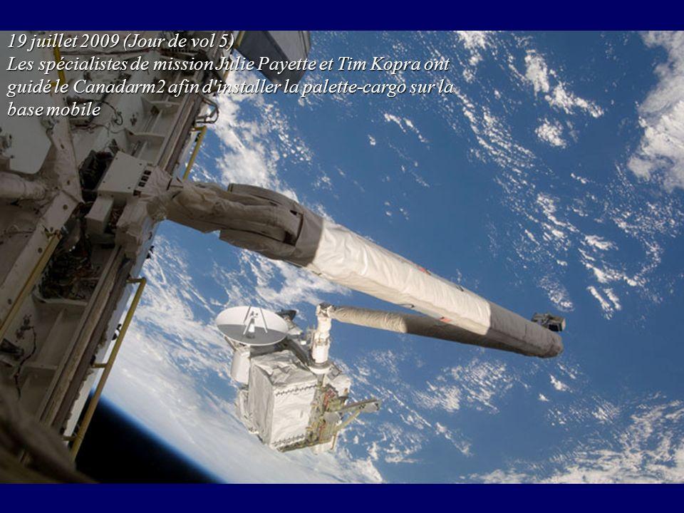 19 juillet 2009 (Jour de vol 5) Les spécialistes de mission Julie Payette et Tim Kopra ont guidé le Canadarm2 afin d'installer la palette-cargo sur la