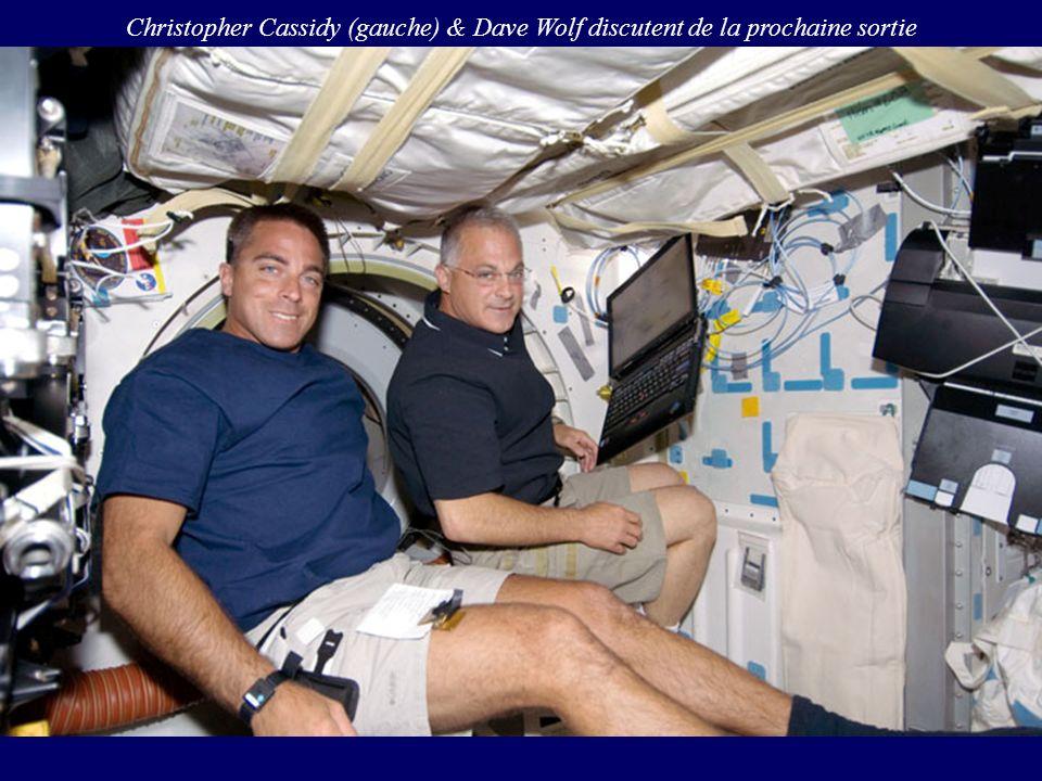 Christopher Cassidy (gauche) & Dave Wolf discutent de la prochaine sortie