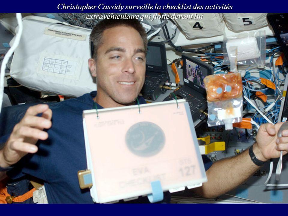 Christopher Cassidy surveille la checklist des activités extravéhiculaire qui flotte devant lui