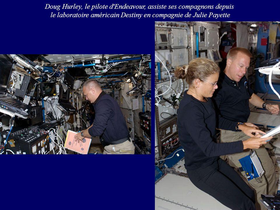 Doug Hurley, le pilote d'Endeavour, assiste ses compagnons depuis le laboratoire américain Destiny en compagnie de Julie Payette