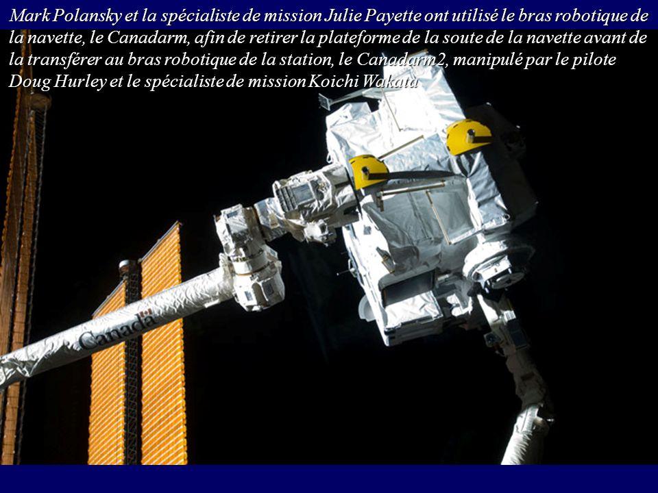 Mark Polansky et la spécialiste de mission Julie Payette ont utilisé le bras robotique de la navette, le Canadarm, afin de retirer la plateforme de la